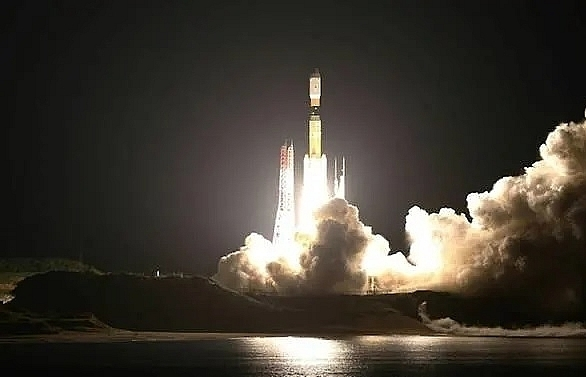 japan launches unmanned spacecraft towards space station