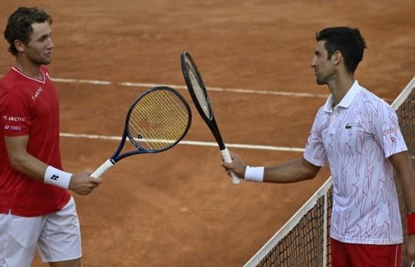 top seeds djokovic halep into italian open finals