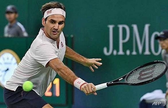 federer makes shaky start to shanghai masters defence