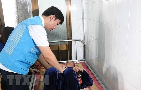 rok doctors give free medical checkups to people in quang ngai