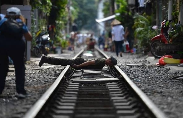 hanois colonial era railway doubles as selfie hotspot