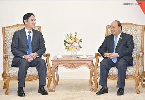pm asks samsung to become global largest strategic hub in vietnam