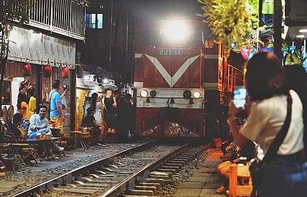 hanoi urged to shut down cafe shops along railway tracks