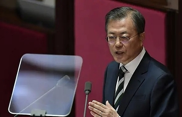 south koreas moon ups defence spending urges north to talk