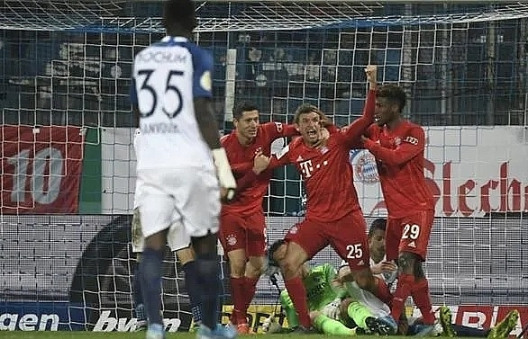 bayern survive scare at bochum to reach german cup last 16