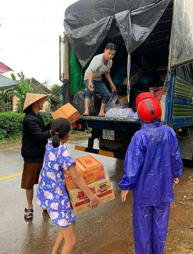 central highlanders wrap tet cake to send to flood hit victims in central region