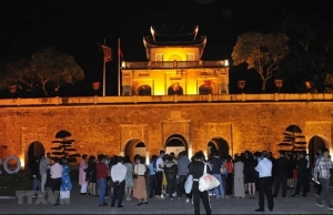 evening tour to introduce visitors to the best of thang long imperial citadel