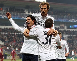 gomez fires bayern into champions league last 16