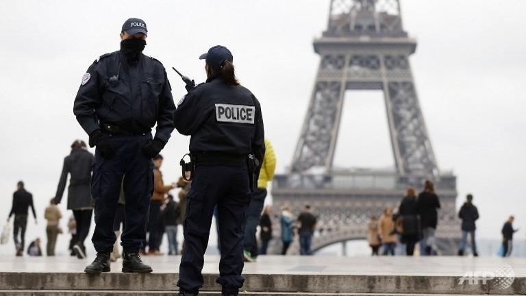 Police hunt gunman after Paris attacks