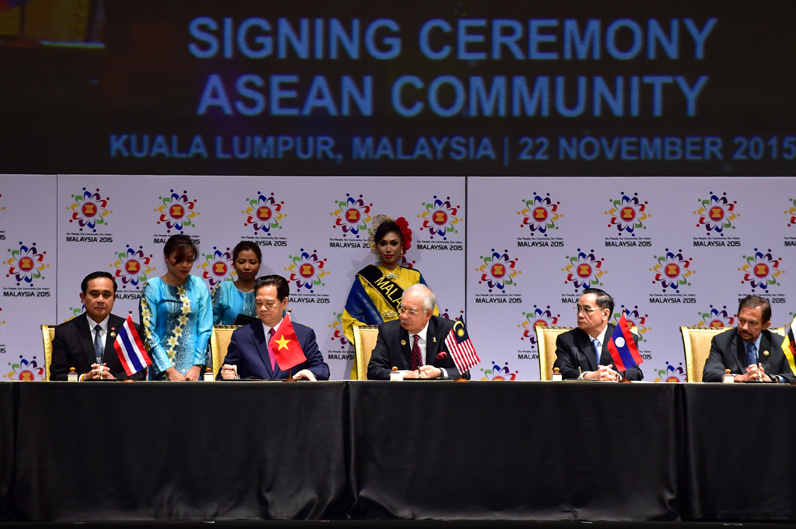 ASEAN leaders sign landmark deal to establish Community