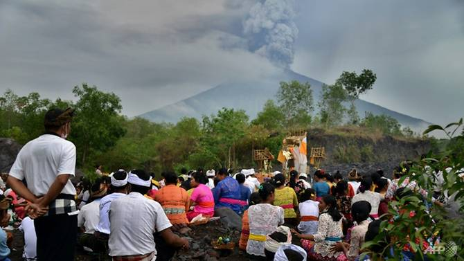 indonesia says 100000 must evacuate from bali volcano zone