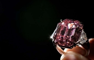 incomparable 50 mn pink diamond smashes record at geneva auction