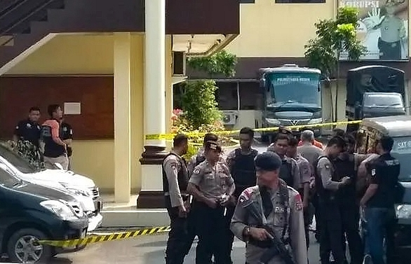 6 injured in suicide bombing at police hq in indonesian city of medan