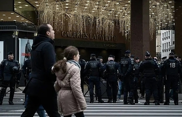french yellow vests shut down top paris department store