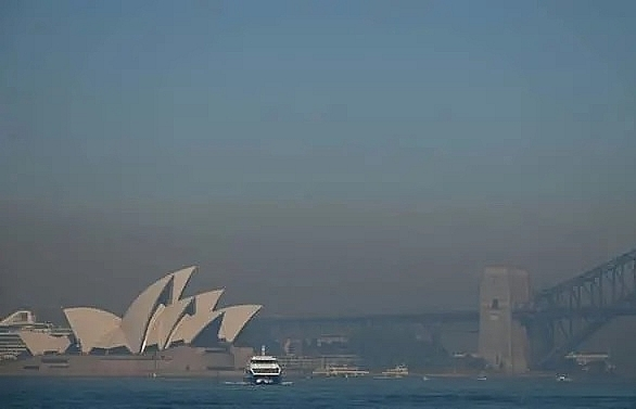 smoke haze blankets sydney as bushfire threat rises