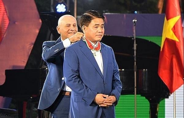 hanoi mayor honoured with italys order of merit