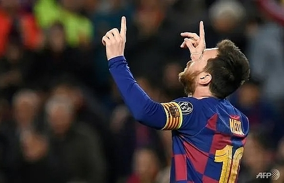 messi toasts 700 games with a goal as barca make last 16