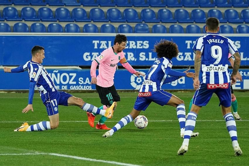 barcelona held by 10 man alaves to extend winless streak in la liga
