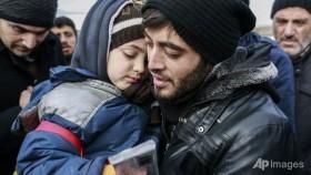 350 people leave rebel-held Aleppo despite halted evacuations