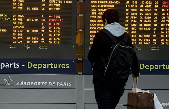 pair with fake guns spark panic at paris airport