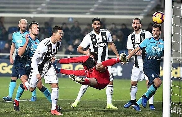 ronaldo rescues point for 10 man juventus at atalanta