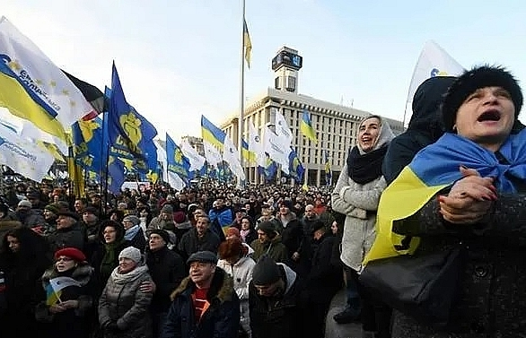 ukraine crowds protest over russia summit