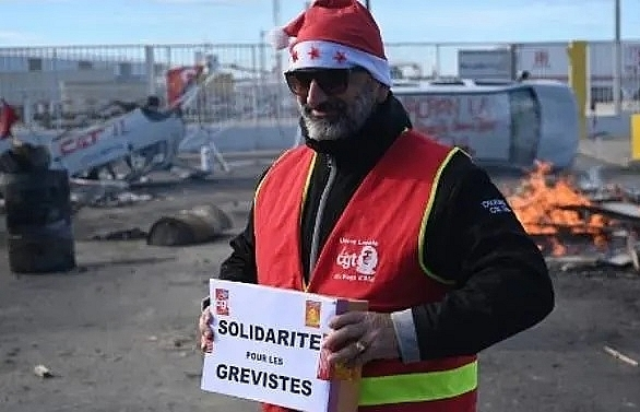gloomy christmas eve on 20th day of french strike