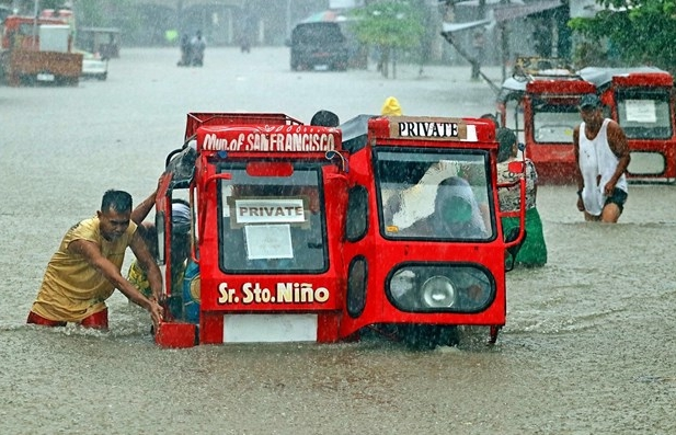 philippines thousands evacuate over serious flooding