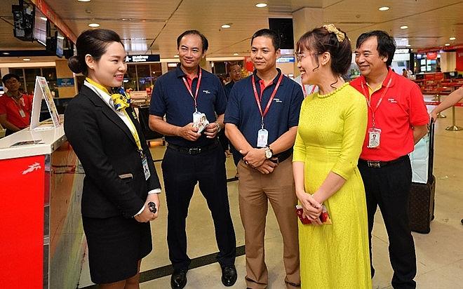vietjets passengers receive lucky money pre tet holidays