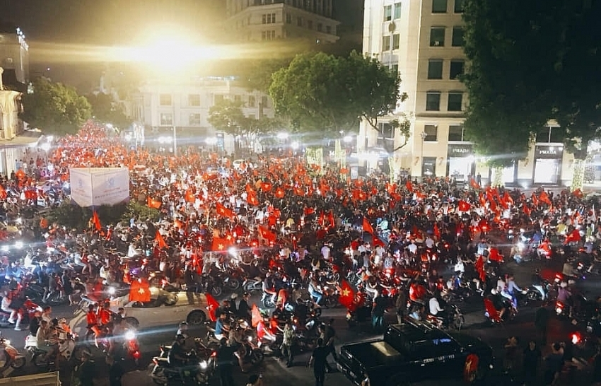 millions fill hanois street to cheer with vietnamese football team