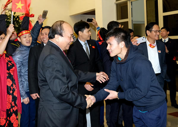 Honourable medals awarded to u23 vietnam team new release movie the prime minister shook hands with every player on the picture he is greeting nguyen quang hai who scored five goals for u23 vietnam m4hsunfo Choice Image