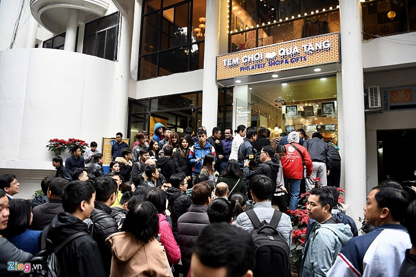 people crowded together to buy silver coins celebrating dprk us summit