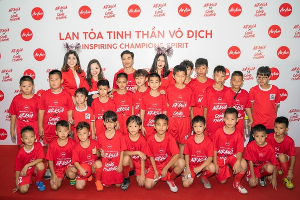 airasia shakes hands with cong phuong to spread the champion spirit