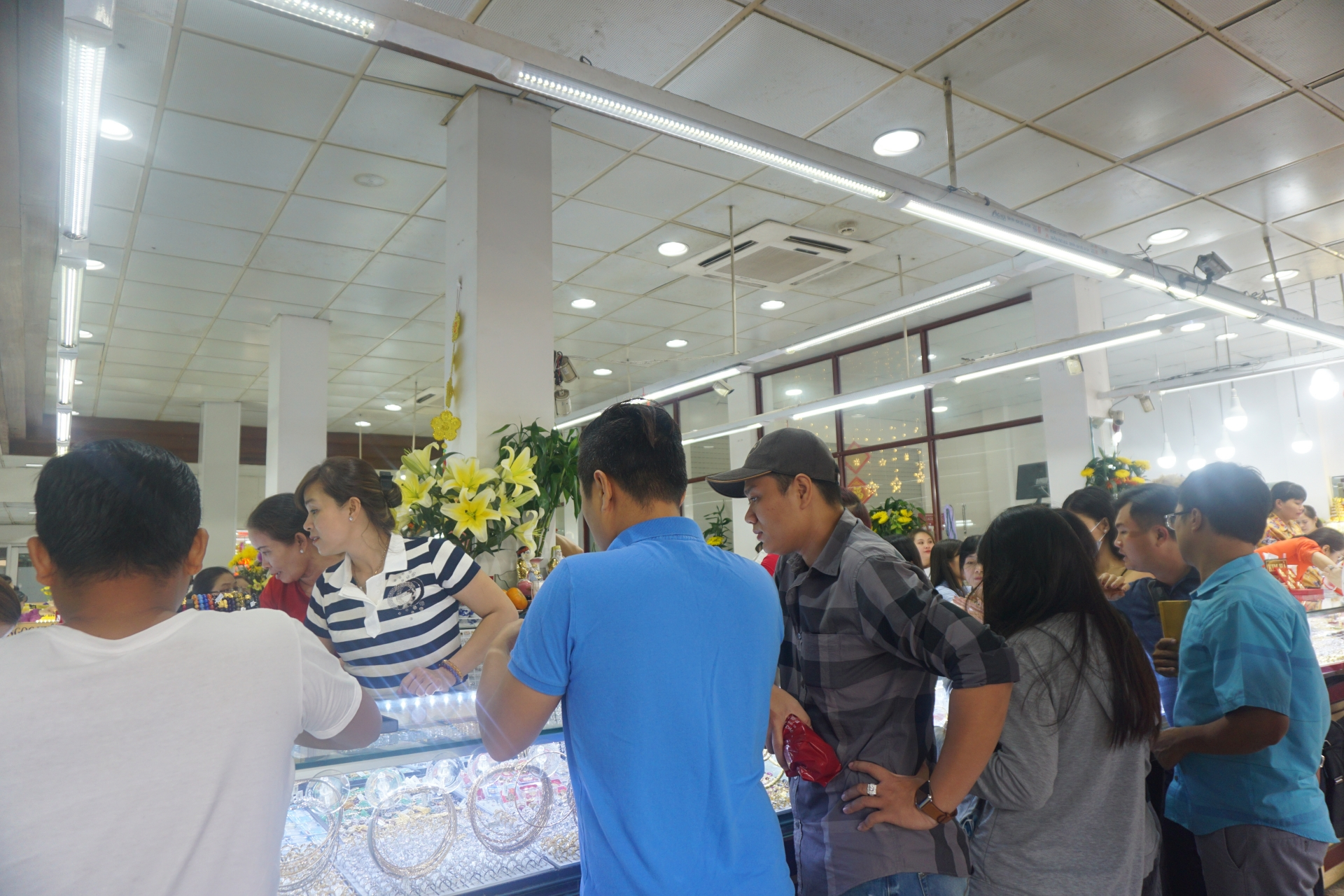 ho chi minh citys gold shops crowded on the god of wealth day