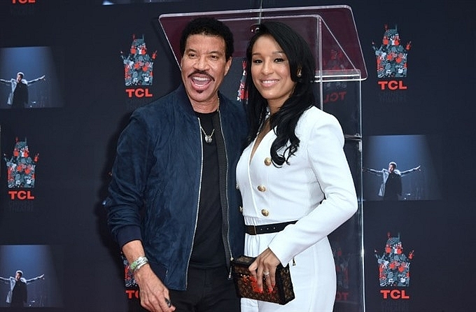 lionel richie honoured at hollywood handprints ceremony