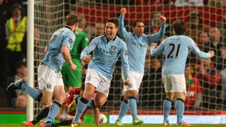 Man City beat United to keep faint title hopes alive