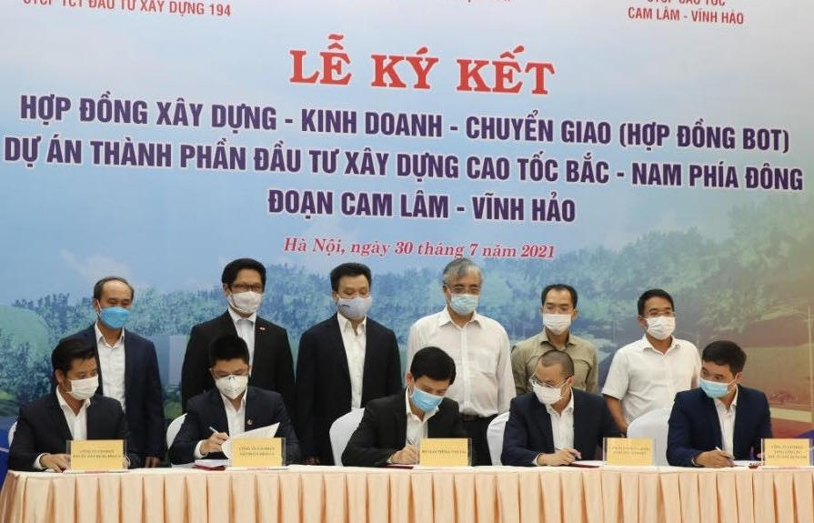 Vietnam signs contract of third PPP section of North-South Expressway