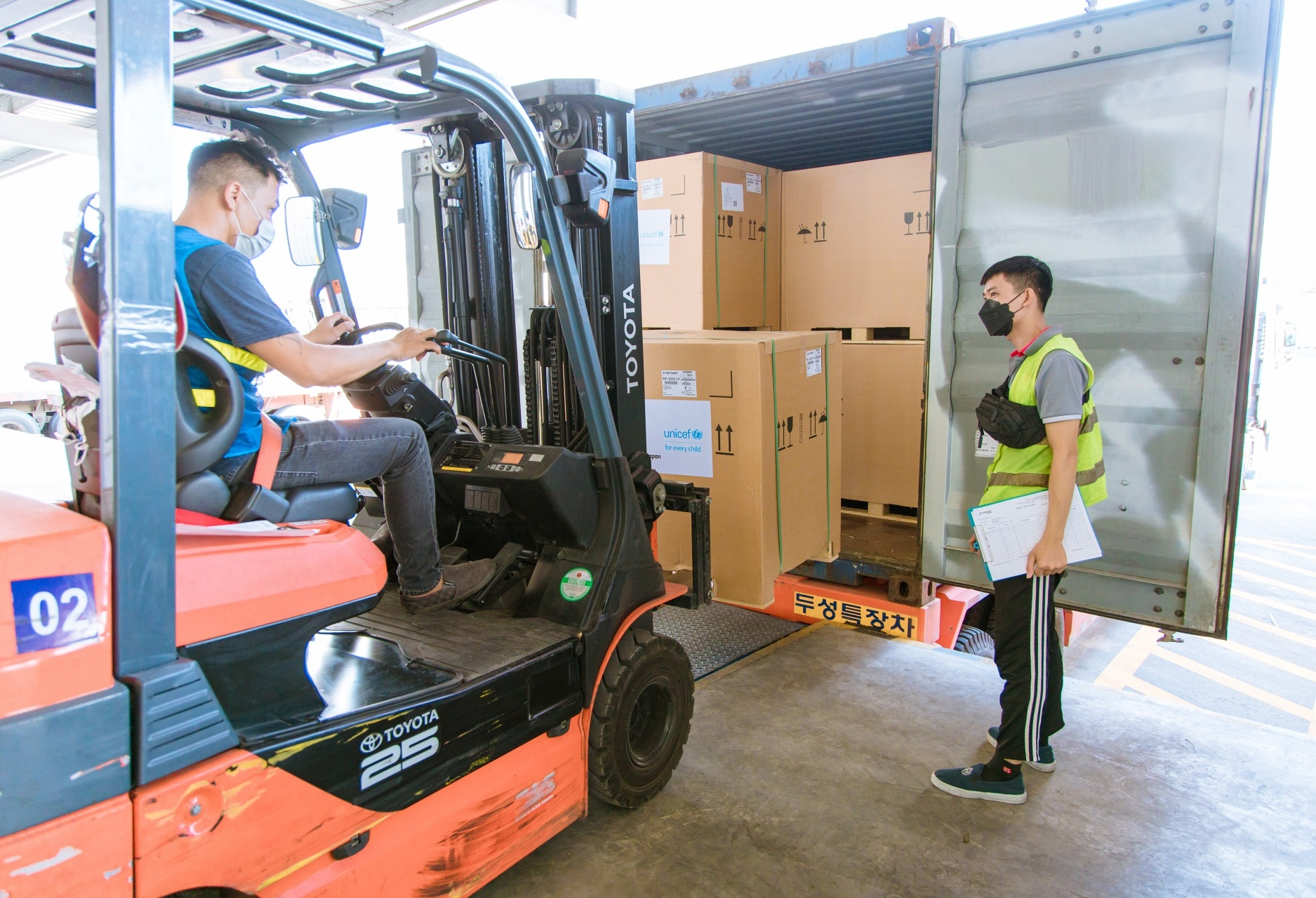 Vaccine refrigerators supported by Japan and UNICEF arrive to Vietnam