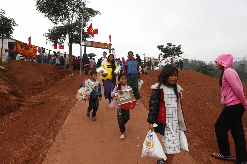 a journey to bring lunar new year gifts to student of ethnic minorities in quang binh