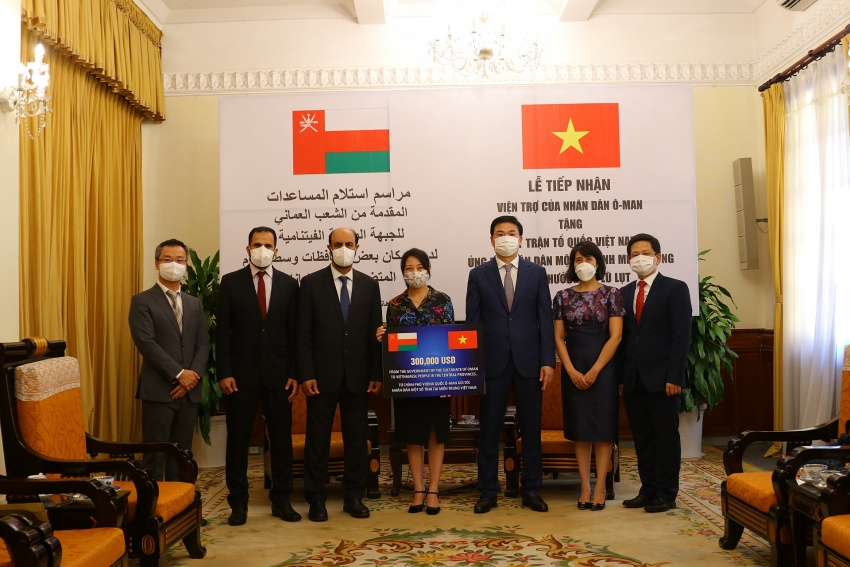 Central Vietnam regions receive US$300,000 aid from the Sultanate of Oman to support flood victims