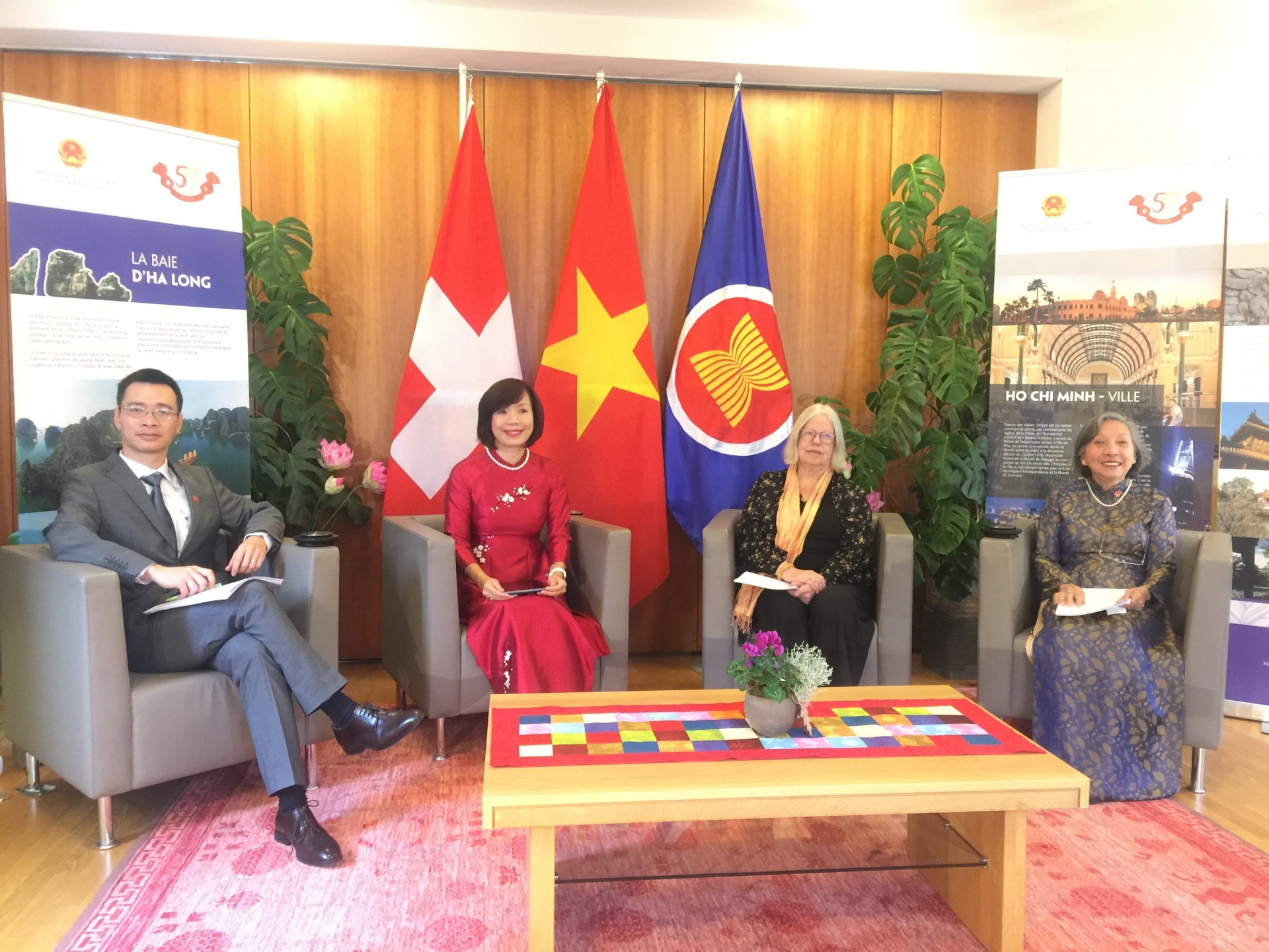Guests joining the event from Bern (left to right): President of the Association of Vietnamese Intellectuals and Experts in Switzerland Luu Vinh Toan; Ambassador of Viet Nam to Switzerland Le Linh Lan, President of the Viet Nam-Switzerland Friendship Association Anjuska Weil; General Secretary of the Vietnamese Association in Switzerland Ngoc Dung Moser