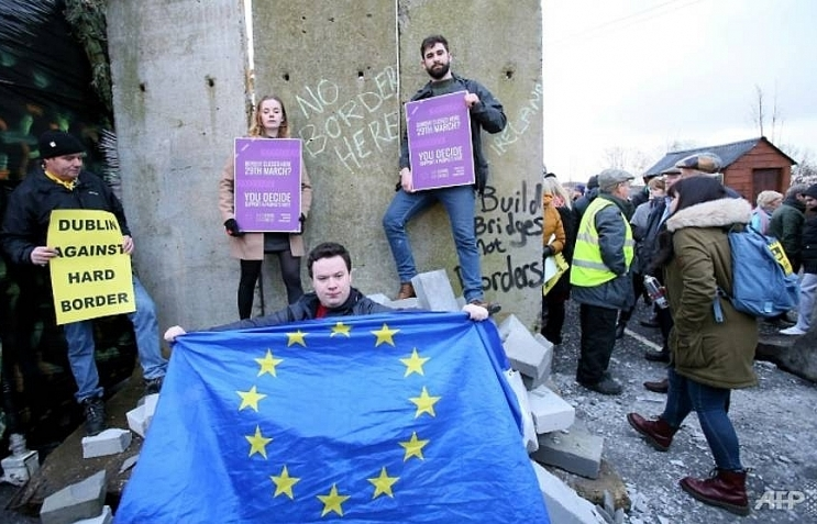 With two months to Brexit, cracks form on Irish border