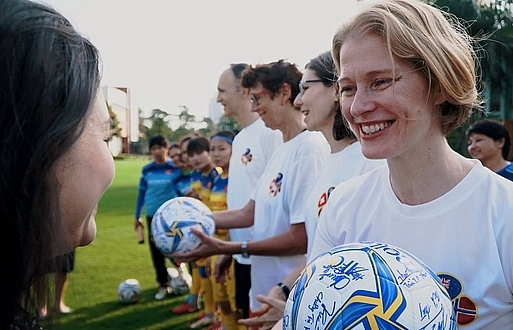 Ambassadors send Tet greetings, gender equality messages with female footballers