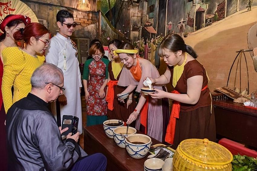international friends enjoy vietnamese tet experience