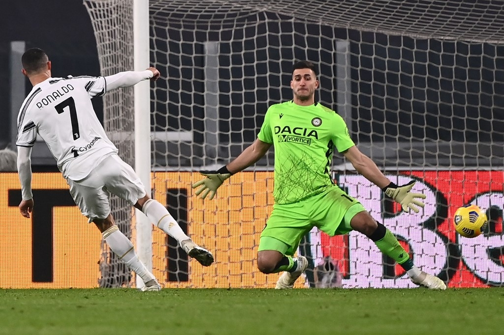 ronaldo double lifts juve as 10 man milan stay top ahead of inter