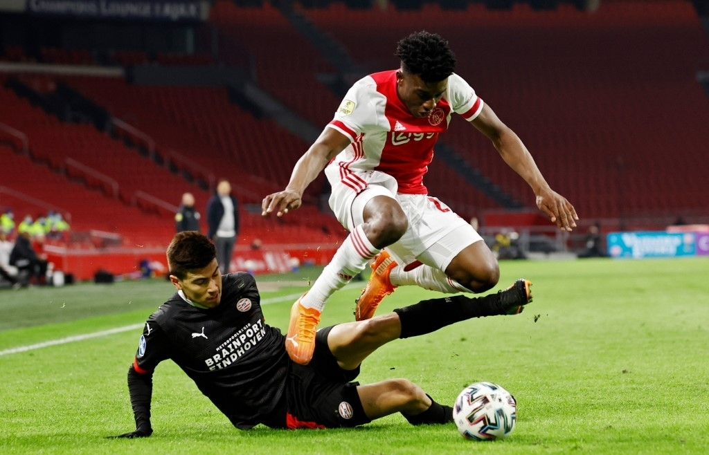 Ajax stay top after battling to PSV Eindhoven draw