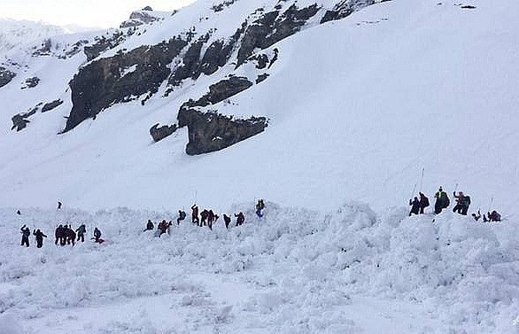 one dead after swiss avalanche rescue search paused