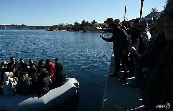Greek islanders block migrant boat from landing