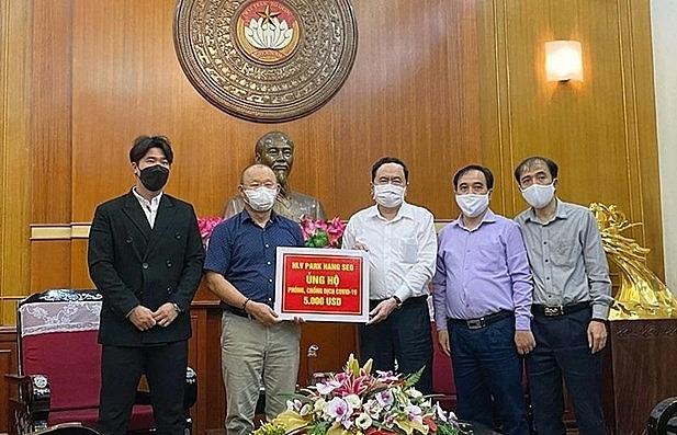 Coach Park donates 5,000 USD to COVID-19 fight