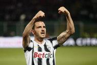 Juve go top as Milan fall to Fiorentina